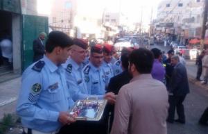 """""""الأمن العام"""" يوزع الحلوى على المواطنين (صور)"""