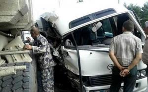 """دير علا: 11 اصابة بحادث مروع بين حافلة و""""قلاب"""" (صور)"""
