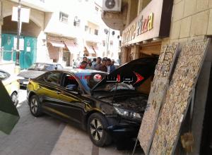 6 اصابات باقتحام مركبة لأحد مطاعم البيتزا في مادبا (صور)