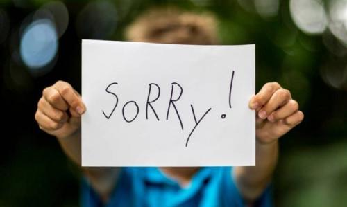 شاب يعتذر لوالدته بطريقة أشعلت مواقع التواصل! (صور)