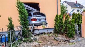 عجوز تدخل بسيارتها غرفة طعام في أحد المنازل بألمانيا