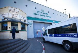 شرطي إسرائيلي ينهال ضربا على شيخ مقدسي (فيديو)