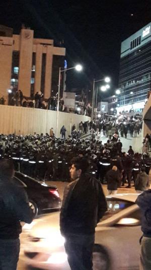 """الأمن يستخدم """"المدمع"""" لتفريق المحتجين على جسر الشميساني (صور)"""