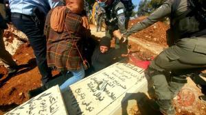 سيدة مقدسية تحمي قبر نجلها الشاب