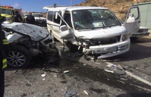 """اصابة 9 عسكريين بتصادم باص و""""صهريج"""" في المفرق"""