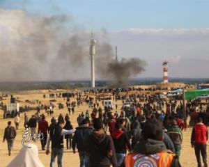استشهاد طفل وإصابة العشرات باعتداء الاحتلال على مسيرات غزة