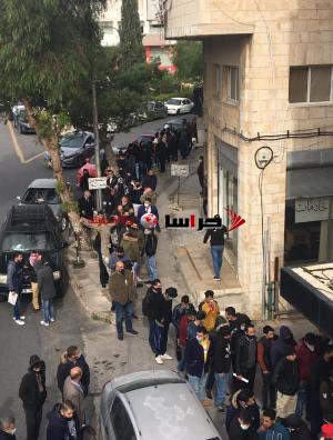 تزاحم أمام مديرية عمل عمان (صور)