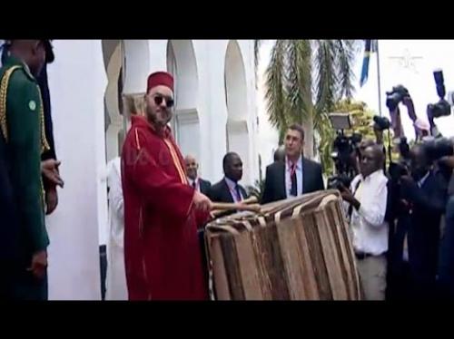 ملك المغرب يقرع الطبل – فيديو