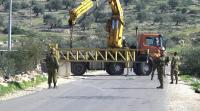 الاحتلال يغلق مدخل عزون ببوابة حديدية