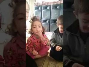 الأمن يحقق مع معلم أطفاله الدخان