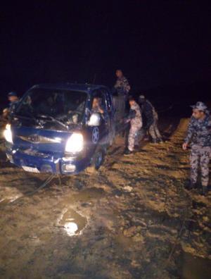 إنقاذ شخصين علقا بمجرى سيل قرب سد الكفرين (صور)