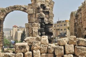 سقوط فتى عن جسر جرش الأثري