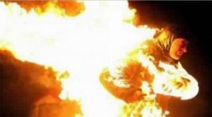 حكاية نشمي خلع ملابسه لاطفاء جسد سيدة اشعلت النار بنفسها في الزرقاء