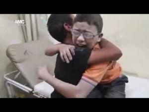 مقطع مؤلم لطفلان سوريان يبكيان على مقتل شقيقهما (فيديو)