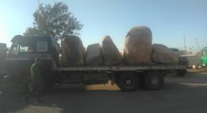 ضبط شاحنتينمحملتين بالبازلت (صور)