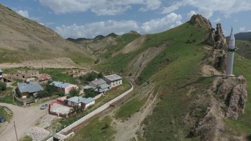 صور ..  حكاية مسجد منفصل عن مئذنتيه