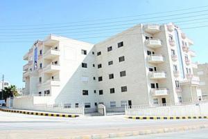 الأردني ينفق نصف عمره لشراء شقة