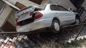 مركبة تداهم منزلاً في اربد (صور)
