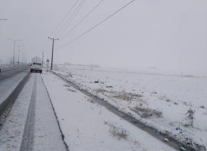 إخلاء 70 عاملة وسياحا علقوا بثلوج الطفيلة