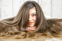 كيف تحصلين على شعر صحي ولامع في فصل الصيف؟