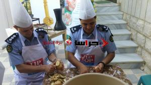 ضباط من الأمن العام يعدون الإفطار للمسنين