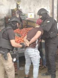 93 فارض أتاوة ومطلوب بقبضة الأمن