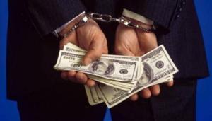 سرق 21 ألف دولار وحاول الهروب عبر المطار