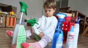 ماذا تفعل إذا ابتلع طفلك المنظفات؟