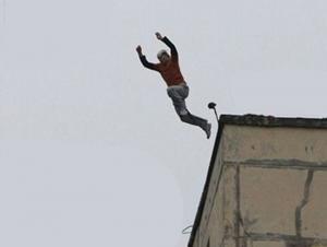 شاب عارٍ يهدد بالانتحار بالقاء نفسه من عمارة في عمان