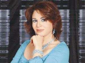إلهام شاهين تخفي الوشوم من على جسد أحمد الفيشاوي بيديها (شاهد)