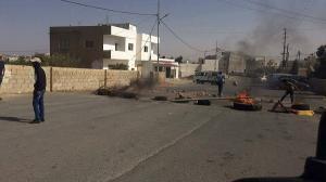 """طلاب """"توجيهي"""" يغلقون شارعاً بالاطارات المشتعلة بالكرك (صور)"""