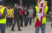 السترات الصفراء يتظاهرون أمام المجلس التشريعي في كندا