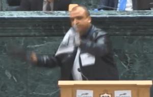 """النائب عبيدات يصفع صورة نتنياهو بحذائه تحت """"القبة"""""""