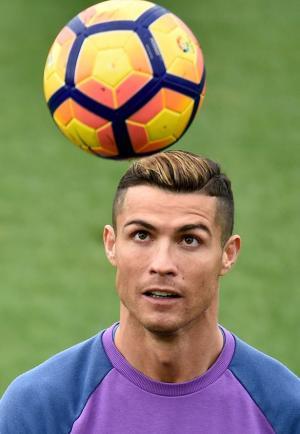 رونالدو يصبغ شعره بلون الكرة الذهبية