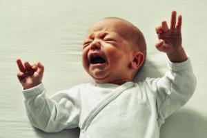 6 أسباب مختلفة لبكاء الطفل