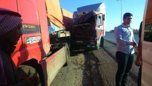 """وفاة شخص بتصادم شاحنتين على """"طريق الموت"""" (صور)"""