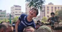 """طفل فلسطيني لوالده الشهيد :""""مع السلامة يابا"""" - صور"""