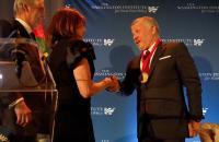الفايز يهنىء الملك بتسلمه جائزة رجل الدولة الباحث