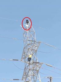 شاب يهدد بالانتحار من برج كهرباء في الرصيفة