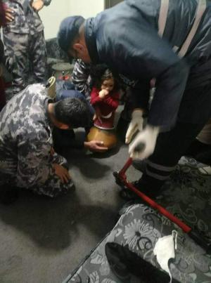 """فيديو ..  الدفاع المدني يتدخل لانقاذ طفلة علقت داخل """"طنجرة"""""""