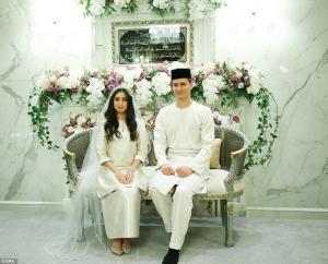 لاعب كرة قدم سابق يعتنق الإسلام ويتزوج أميرة  ..  صور