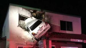 حادث سيارة يحطم قواعد الطبيعة ! (صور)
