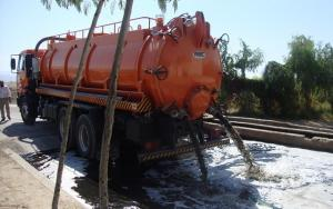 ضبط 4 صهاريج مياه عادمة تفرغ حمولتها بمناطق سكنية وزراعية