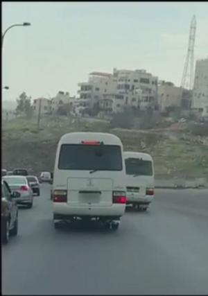 ضبط سائقي حافلتين عرضا حياة المواطنين للخطر (فيديو)