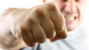 أب يعتدي على ابنه بالضرب المبرح في اليادودة