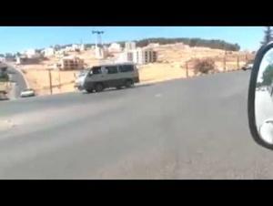 ضبط سائق عرض حياة المارة للخطر بأحد شوارع عمان (فيديو)