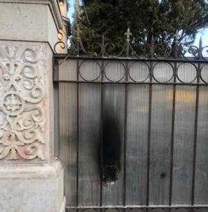 مستوطنون يشعلون النار بباب الكنيسة الرومانية في القدس