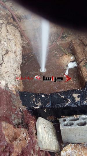 """انفجار خط مياه بعجلون  ..  والسلطة للمواطنين : """"بتقطع لحالها"""" (صور)"""