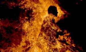 عشريني يضرم النار بنفسه في دير علا