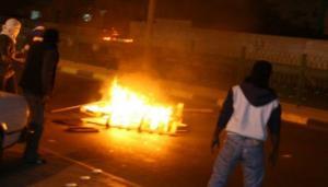 محتجون يغلقون الطريق الصحراوي ..  والدرك يتدخل